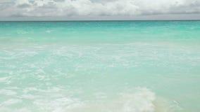 E Ondas do mar na ilha bonita Seychelles; movimento lento vídeos de arquivo