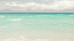 E Ondas do mar na ilha bonita Seychelles; movimento lento video estoque