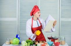 E Orgânico e vegetariano alimento saudável dos amores felizes da mulher Cozinheiro no restaurante imagem de stock