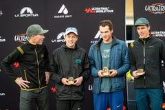 E Over de vangstoffen van de rasplaats op podium met sponsor van La Sportiva royalty-vrije stock fotografie
