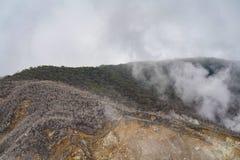 E Owakudani ?r en vulkanisk dal med aktiva sulphurlufth?l och Hot Springs i Hakone arkivfoton