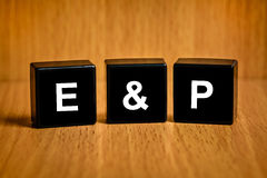 E&P ή λέξη εξερεύνησης και παραγωγής στο μαύρο φραγμό Στοκ φωτογραφία με δικαίωμα ελεύθερης χρήσης