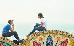 E 18 2019 Paar op een zonnige dag in het park van liefde in Miraflores royalty-vrije stock foto