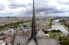 E Paisaje urbano con el r?o Sena y los puentes Par?s, Francia foto de archivo
