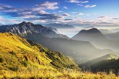 E Panorama alpino italiano en la monta?a de Dolomiti en la puesta del sol fotos de archivo