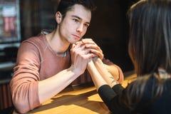 E par av högskolestudenter tillsammans i Caucasian heterosexuell vänvinter royaltyfria foton