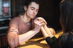 E par av högskolestudenter tillsammans i Caucasian heterosexuell vänvinter royaltyfri fotografi