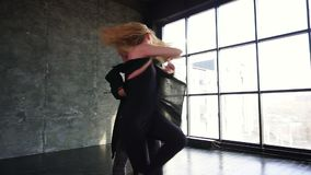 E Pares jovenes que bailan la salsa en el pasillo de danza almacen de video