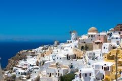 E Pi?kni biel domy przeciw morzu i niebieskiemu niebu zdjęcie stock