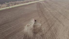 E ploga traktor f?r land Odla f?r traktor stock video