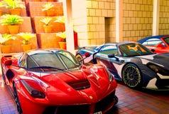 ` E Porsche de LaFerrari do ` de Ferrari em Marina Village fotos de stock
