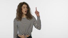 E Portrait de fille d'étudiant dirigeant le doigt  banque de vidéos