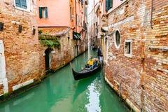 E Position de gondolier sur le dos dirigeant Venise, Italie image stock
