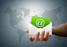 e-postkuvertet hands bokstavskvinnor Royaltyfri Bild