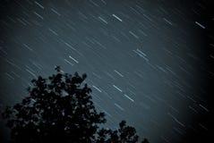 E pozyskiwania ilustracyjny błyskawica nocne niebo Gwiazdy w nocnym niebie kiedy projekt zawiera tekstury sylwetki używa drzew Fotografia Stock