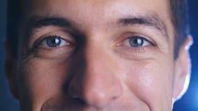 E Primo piano dell'occhi maschii video d archivio