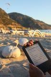 E-Programa de lectura en la playa Fotografía de archivo libre de regalías
