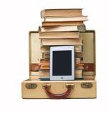 E-Programa de lectura, pila de libros, maleta Imágenes de archivo libres de regalías