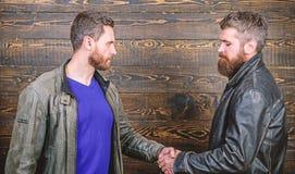E Przyja?? brutalni faceci Zatwierdzona transakcja biznesowa handshake fotografia royalty free