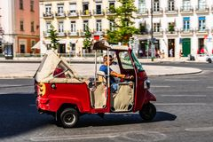 E Röd trehjulingbil för turister i staden av Lissabon, Portugal royaltyfri foto