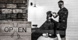 E r r Парикмахер человека посещая в парикмахерской Человек с бородой внутри стоковая фотография