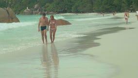 E r Όμορφη ευτυχής ερωτευμένη στήριξη ζευγών στην παραλία στο νησί Όμορφη γυναίκα σε ριγωτό απόθεμα βίντεο