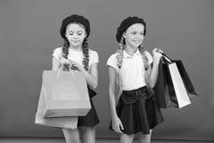 E r Знаки вы пристрастившийся к ходить по магазинам Школьницы детей милые стоковая фотография