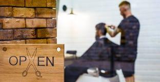 E r r Парикмахер человека посещая в парикмахерской Человек с бородой внутри стоковое фото