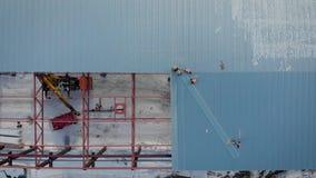 E r 在工作者的框架是建造者,登上生产的屋顶 股票视频