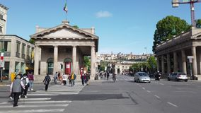 E r 市中心的看法在波尔塔Nuova的有孪生历史大厦的 影视素材