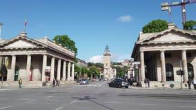 E r 市中心的看法在波尔塔Nuova的有孪生历史大厦的 股票视频