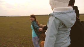 带狗在平原旅行 跟着我 爸爸怀着小女儿,带着孩子和宠物 影视素材