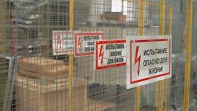 工作中的围栏 电力危险、不靠近、警示标志和金属围栏 文本翻译:测试,生命 股票视频