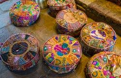 在地板上的五颜六色的凝思枕头,位子在一个精神中心 图库摄影