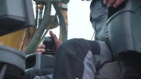 Γερανός μηχανικού εν δράσει Αποκοπή Ο άνθρωπος στην καμπίνα ελέγχει τον γερανό Κάθεται στην κορυφή του θαλάμου του γερανού και δο απόθεμα βίντεο