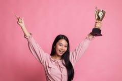 成功的拿着战利品的第一优胜者年轻亚裔妇女 免版税库存图片