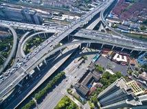 Взгляд птиц-глаза воздушного фотографирования ландшафта дороги моста виадука города стоковое фото