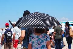 Senhora com o guarda-chuva na temperatura 30º foto de stock royalty free