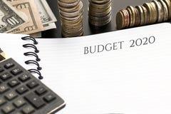 Notepad z budżeta 2020 tekstem, kalkulatorem i pieniądze, zdjęcie royalty free