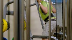 Человек с избыточным весом сидит с сквотами с весовой диском для барбелла Фитнес-подготовка Концепция здорового образа жизни акции видеоматериалы