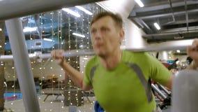 这个超重的男人确实会用杠铃的重碟眯眯眯 健身训练 健康生活方式概念 影视素材