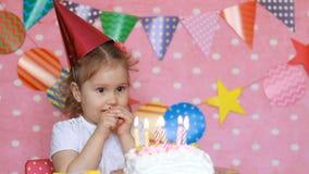 Compleanno decorazione e Ornamita Bella bambina e torta con candele Buon figlio in vacanza per i bambini Rosa video d archivio