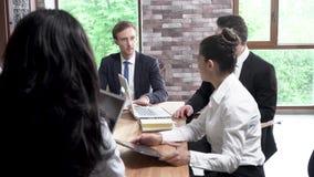 办公室同事有关于业务会议的一次讨论 股票录像