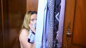 De vrouw verstopt zich in de wc Ze vonden haar, ze is bang en schreeuwt. Resterende ruimte kopiëren stock video