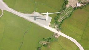 Stazione di turbina eolica con vista drone verde Conservazione delle fonti naturali alternative e dell'ecologia Energia eolica archivi video