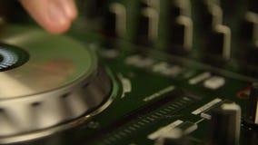 Il DJ che gioca sul miscelatore di musica Console nera di miscelazione di musica Fine in su stock footage