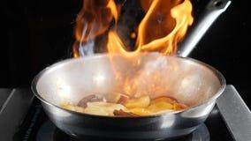 餐厅开放式厨房秀 慢速食品视频 厨灶上煎锅里的火锅厨师 弗拉姆 股票录像