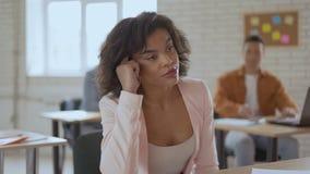 Une femme fatiguée endormie s'endort lors d'une conférence Une fille d'apparence exotique hurle et clignote lentement Groupe d'ét clips vidéos
