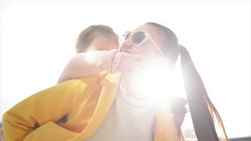给肩扛乘驾的美丽和愉快的年轻母亲她的女儿 E 夏天城市 股票视频