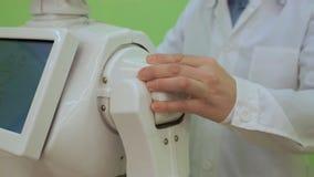 Ηλεκτρονικός μηχανικός που εργάζεται στην κατασκευή ρομπότ με tablet αργή κίνηση Έννοια φουτουριστικού ρομπότ απόθεμα βίντεο